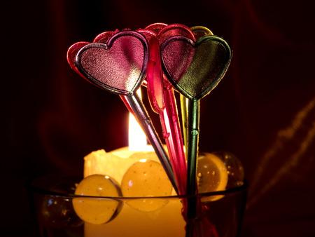 bougie coeur: Carte d'amour avec bougie allumée. Coeurs sur fond sombre. 14 février. Concept pour la Saint Valentin.