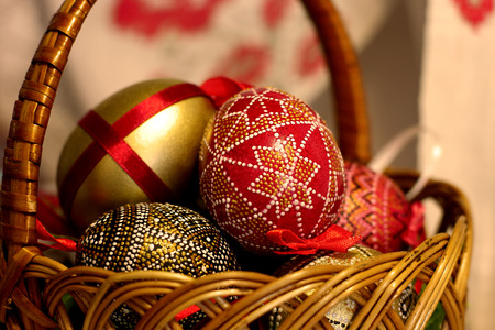 Colored Easter eggs hand made decorated  in basket. 版權商用圖片 - 71038888