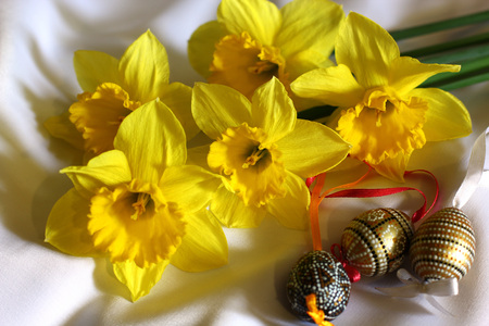 Easter picture with daffodils flowers bouquet  and Easter eggs 版權商用圖片