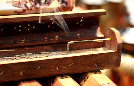 Incense stick on wooden box. Aromatherapy 版權商用圖片 - 72355933