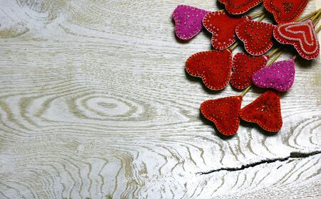 Wooden background with handmade felt hearts on light wooden background. Love card for Valentine's day. Concept with big copyspase for hand crafts or DIY illustration. 版權商用圖片 - 71384182