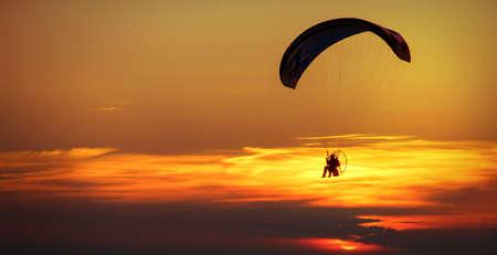 motorizado: Hombre que disfruta de parapente en el cielo Foto de archivo