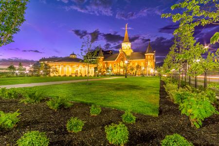 Provo City LDS Temple in de schemering met dramatische hemel