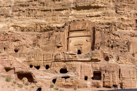 November 2017: Amazing view of ancient tombs carved in sandstone in the Rose City of Petra, Jordan. Archivio Fotografico