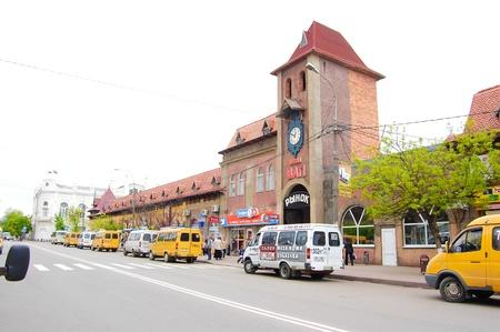 main market: L'ingresso centrale del mercato principale di una citt� di Ejsk, territorio di Krasnodar, Russia Editoriali