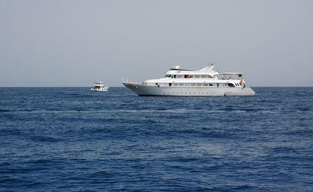 mares: Alta mar. Dos barcos de mar al mediod�a  Foto de archivo