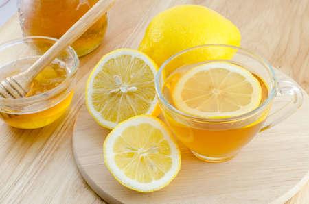 木製のテーブルに蜂蜜レモン茶