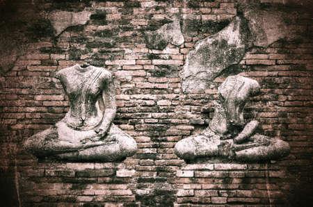 derrumbe: Antigua estatua rota de Buda en el grunge fondo de la pared de ladrillo con el tono de la vendimia y la vi�eta - colapso Civilizaci�n
