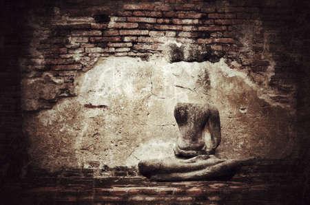 derrumbe: Antigua estatua rota de Buda en el grunge fondo de la pared de ladrillo con el tono de la vendimia y la viñeta - colapso Civilización