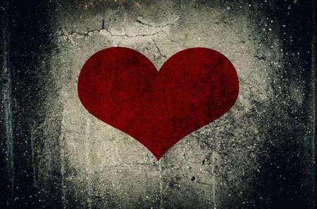 pared rota: Coraz�n rojo pintado en la pared de fondo de cemento del grunge - concepto de amor Foto de archivo