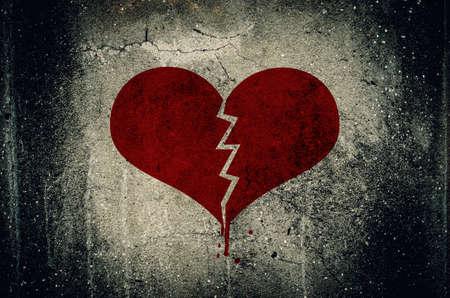 pared rota: Corazón roto pintado sobre fondo de pared de cemento grunge - concepto de amor