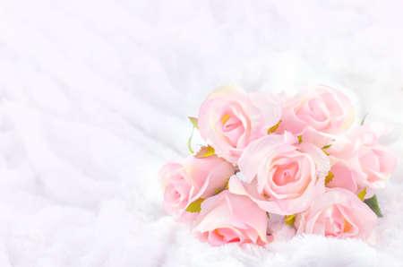 Pastelkleurige kunstmatige roze Rose Wedding Bridal Bouquet op witte vacht achtergrond met zachte vintage Toon