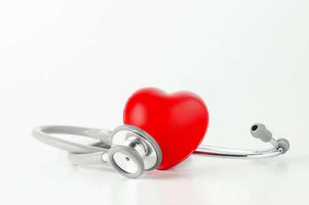 白い背景に赤いハートを持つ聴診器のクローズアップ 写真素材 - 102685868