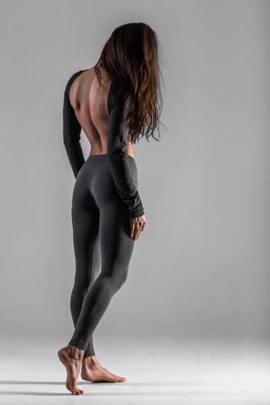 desnudo: Actitud hermosa de la parte posterior de la muchacha atl�tica con la espalda desnuda y el tatuaje en su cuello