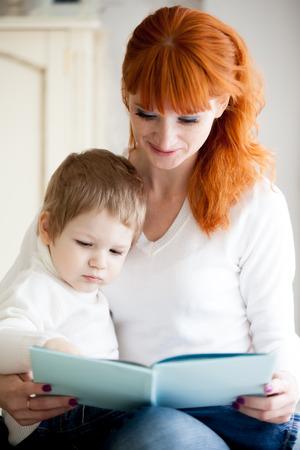 prodigy: Rudy młody książka mama czytanie jej synka. Skoncentruj się na dziecko