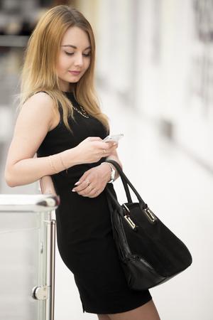 Mujer Joven Hermosa Con Un Vestido Corto Negro Lindo Y