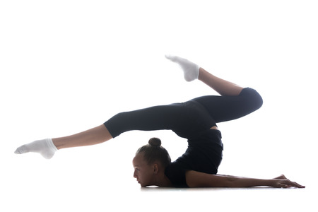 gymnastics: Schöne kühle junge fit Turnerin Athlet Frau in Sportkleidung, Kunst zu machen Gymnastik, backbend akrobatische Übung, in voller Länge, Studio, dunklen Hintergrund