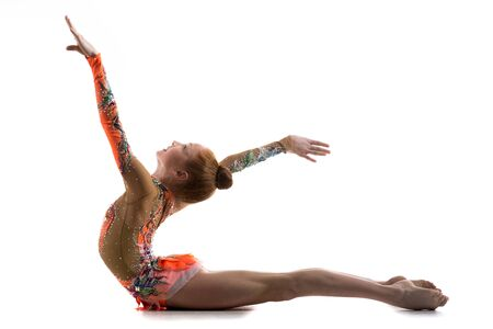 turnanzug: Attraktive lächelnde Turner Sportler Teenager-Mädchen Tänzerin bunten Trikot tragen Arbeit aus, tanzen, posieren, Kunst macht Gymnastik, backbend Übung, in voller Länge, Studio, weißen Hintergrund, isoliert Lizenzfreie Bilder