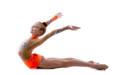 turnanzug: Attraktive glückliche Turnerin Sportler Teenager-Mädchen Tänzerin bunten Trikot tragen Arbeit aus, tanzen, posieren, Kunst macht Gymnastik, backbend Übung, in voller Länge, Studio, weißen Hintergrund, isoliert