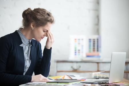Portrait, de, jeune, stressé, femme, séance, à, bureau bureau, devant, ordinateur portable, toucher, tête, à, fatigué, expression faciale, avoir, mal de tête, basse ou haute, artérielle, pression, stress