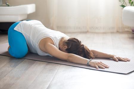 concetto di stile di vita sano. Gravidanza Yoga e Fitness. Giovane donna incinta yoga lavorando in salotto interno. modello di fitness incinta che si trova in prenatale Balasana, Bambino Pose dopo le prove Archivio Fotografico