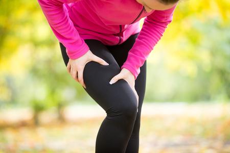 Mains attrapant une hanche, pose de mal, situation de blessure de sport. Photo de concept Banque d'images - 63823645