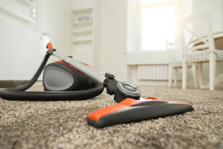 https://us.123rf.com/450wm/fizkes/fizkes1611/fizkes161100189/65936695-zwart-en-oranje-stofzuiger-staan-op-zachte-tapijt-in-de-woonkamer-voor-of-na-de-reiniging-huis-huish.jpg?ver=6