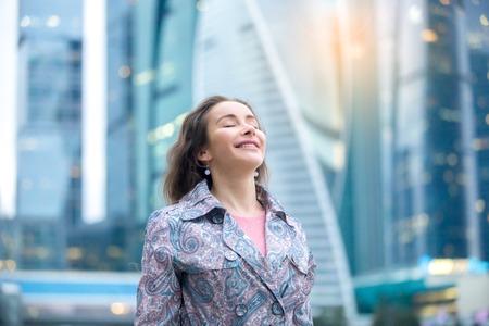 젊은 행복 한 여자 거리, 그녀의 눈을 가진 즐거움, 전체 외부에서 호흡의 초상화를 닫습니다. 레이디 느낌, 무료, 성공, 하루를 시작, 새로운 마을을 방