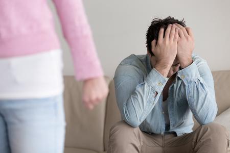 Mujer enojada rompe relaciones con hombre después de la discusión, novia rechazando novio triste y dejando, terminando relaciones, hombre molesto abandonado, problemas familiares, ruptura joven pareja, corazón roto