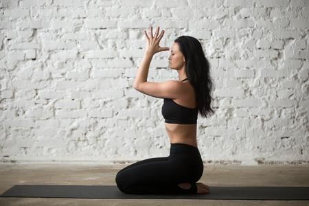 섹시 한 요가 매력적인 여자 연습 요가 개념, seiza 운동, vajrasana 포즈, namaste, 운동, 앉아 검은 운동복 브래지어와 바지, 전체 길이, 흰색 로프트 배경