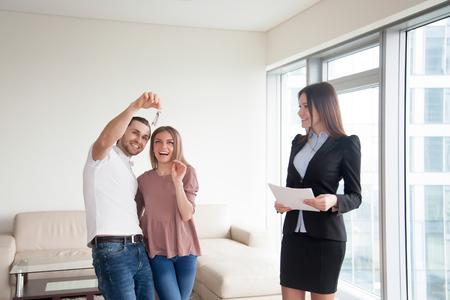 家族生活を始める、新しい夢の家を買ってちょうど幸せなカップルを愛する、不動産業者との出会いと自身の大きなキーを取得、最初の不動産投資
