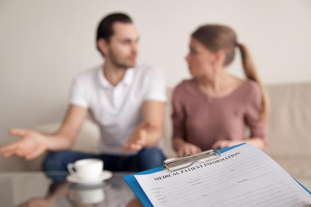若いカップルは、一定の国内争い、夫婦間の不和、不幸な結婚心理学者との協議に主張します。コンサルティングの家族関係専門家、クリップボー 写真素材
