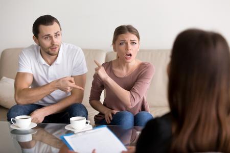 Jóvenes luchando pareja enojada culparse mutuamente por los problemas, diciendo es su culpa, discutiendo con el psicólogo que está bien y mal, malentendido y el egoísmo en el matrimonio, señalando el dedo
