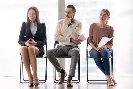 3 명의 지원자가 취업 면접 준비, 오디션 결과 기다리기, 걱정하고 스트레스받는 느낌, 대기실에 앉아, 자신감 부족, 긴장감이 대기 중이다.