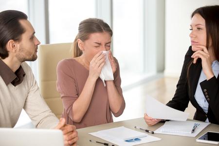 손수건 가진 아픈 젊은 매력적인 여자 회의, 동료 감기, 독감 증상, 스트레스 또는 과로로 인해 면역 체계 약화 잡은 동료와 함께 작업하는 동안 코를