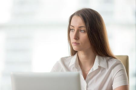 解決策を考えて考え実業家で失った。女性だけでのよそ見のオフィスで座っている心配しています。女性起業家を熟考の職場で決定します。不在の