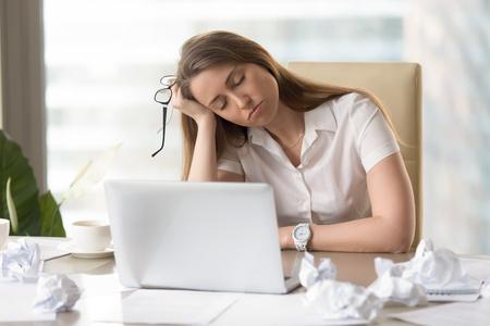 Onderneemsterslaap met hoofd op hand bij het bureau. Slaperig meisje dommelen op de werkplek. Vermoeide vrouwelijke beambte die aan gebrek aan slaap lijden. Luie meid verveelde routine. Werkuren na kantooruren