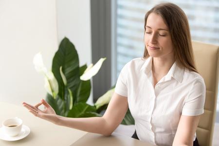 77768200 - Empresaria tranquila meditando en silla de oficina. Oficinista  de sexo femenino que se relaja en lugar de trabajo. Ejercicio de yoga de  mujer de ... 745ddbfc0596