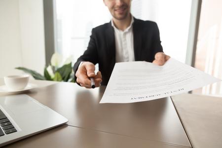 Grundstücksmakler, der Stift und Mietvertrag zu den Kunden ausstrebt. Immobilienberater, der am Schreibtisch im Büro sitzt und bietet an, Vertragsdokument zu lesen und zu unterzeichnen. Bereitschaft, ein Geschäft zu machen, neue Wohnung mieten Standard-Bild - 81209547