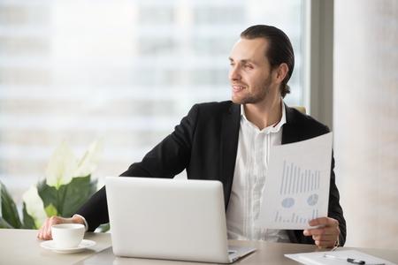 成功したビジネスマンは、四半期報告書の良い金融統計に満足。作業デスクを考える会社視点で若い起業家。エグゼクティブはうっとりと職場で遠