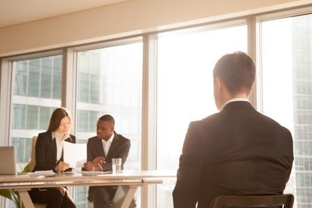 アプリケーション苦情、リアビューを主張して専門家グループを考慮した承認却下決定のため、心配しているビジネスマンの就職の面接後結果を待 写真素材
