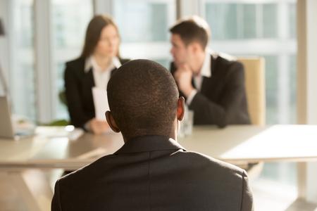 취업 면접 후 결과를 기다리는 긴장된 아프리카 계 미국인 지원자, 배경에서 결정하는 hr 관리자, 흑인 사업가는 클레임 불만 사항, 뒷 전망을 참을성있
