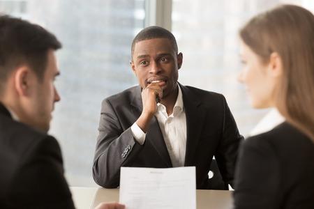 Nerveus, bezorgd werkzoekende, Afro-Amerikaanse sollicitant, wachtend op resultaat terwijl werkgevers of recruiters slecht slecht cv bekijken, werkloze kandidaat bijten vinger, mislukt werkgesprek