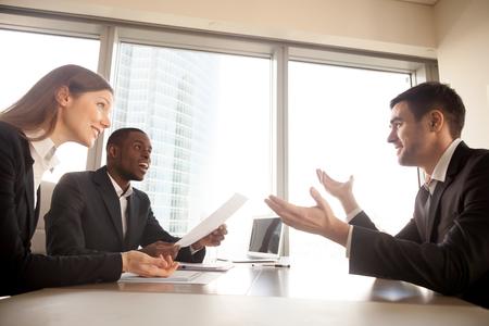 Sollicitant maakt grote indruk op hr-managers tijdens sollicitatiegesprek, opgewonden multi-etnische recruiters verrast door indrukwekkende werkprestaties, geschokte partners of klanten verbaasd door zakelijk aanbod Stockfoto