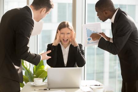 절망적 인 젊은 사업가 너무 많은 작업, 스트레스를 겪고, 카메라를보고 고함을 지르는 과로 근로자, 멀티 태스킹 여성 상사 마감 기한, 신경 쇠약을 극