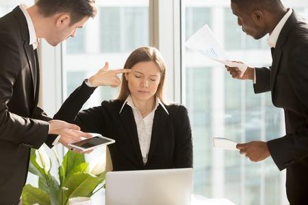 Overwerkt vermoeide zakenvrouw zet vinger pistool op hoofd, benadrukt met te veel harde werk, multitasking vrouwelijke baas wil stoppen met tonen figuratieve gebaar zelfmoord, uitgeput van moeilijk werk