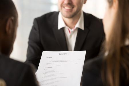 고용주 또는 고용주 또는 백그라운드에서 면접, 채용 및 채용 개념, 좋은 이력서 작성 팁, 일자리를 신청하는 동안 행복 한 신청자의 cv를 검토하는 들
