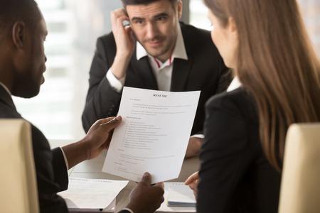 Los empleadores o los reclutadores que llevan a cabo la revisión de los pobres malos CV de los desempleados preocupados solicitantes nerviosos esperando el resultado, el empleo y el concepto de contratación, la solicitud de empleo rechazada, la entrevista fallida, de cerca Foto de archivo - 80154167