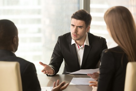 Un patron en colère mécontent du mauvais résultat du travail, mécontent d'un homme d'affaires titulaire d'un contrat se disputant avec un entrepreneur, demandant une résiliation, une indemnité pour perte, un investisseur fraudé qui protège ses droits Banque d'images - 80156021