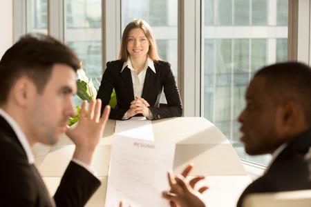Bezorgd nerveuze zakenvrouw wachten op resultaat terwijl recruiters cv herzien, het aannemen van besluit, werklozen jonge vrouwelijke aanvrager hoop op indruk maken op werkgever en een baan, past een positie Stockfoto